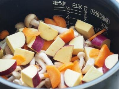 紅麹炊き込みご飯