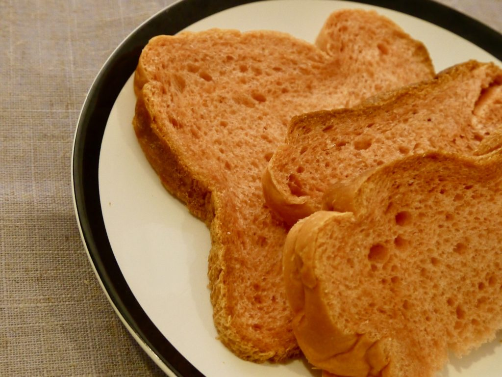 紅麹と甘酒ミルクの食パン